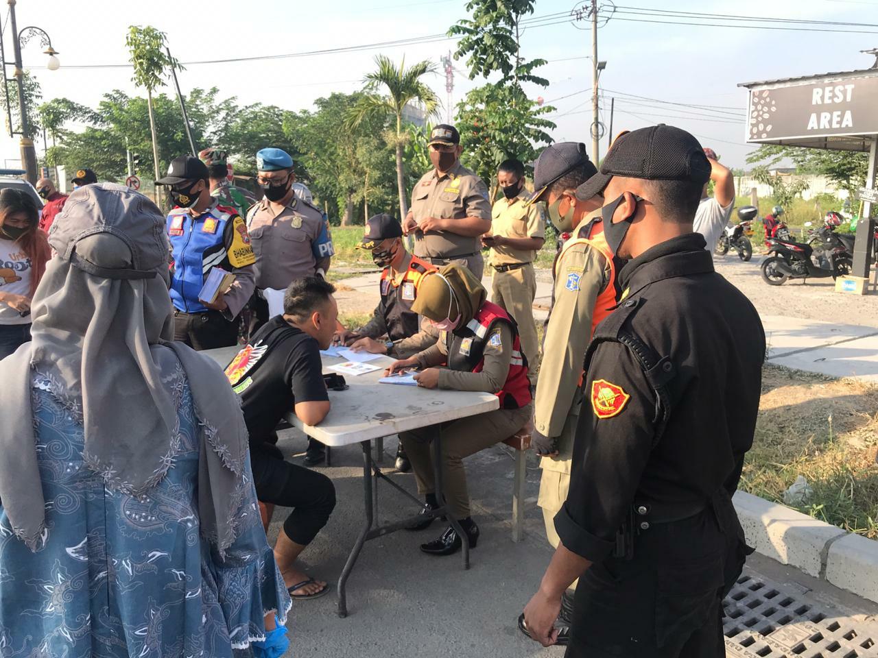 Operasi Gabungan Yustisi Protokol Kesehatan di Surabaya