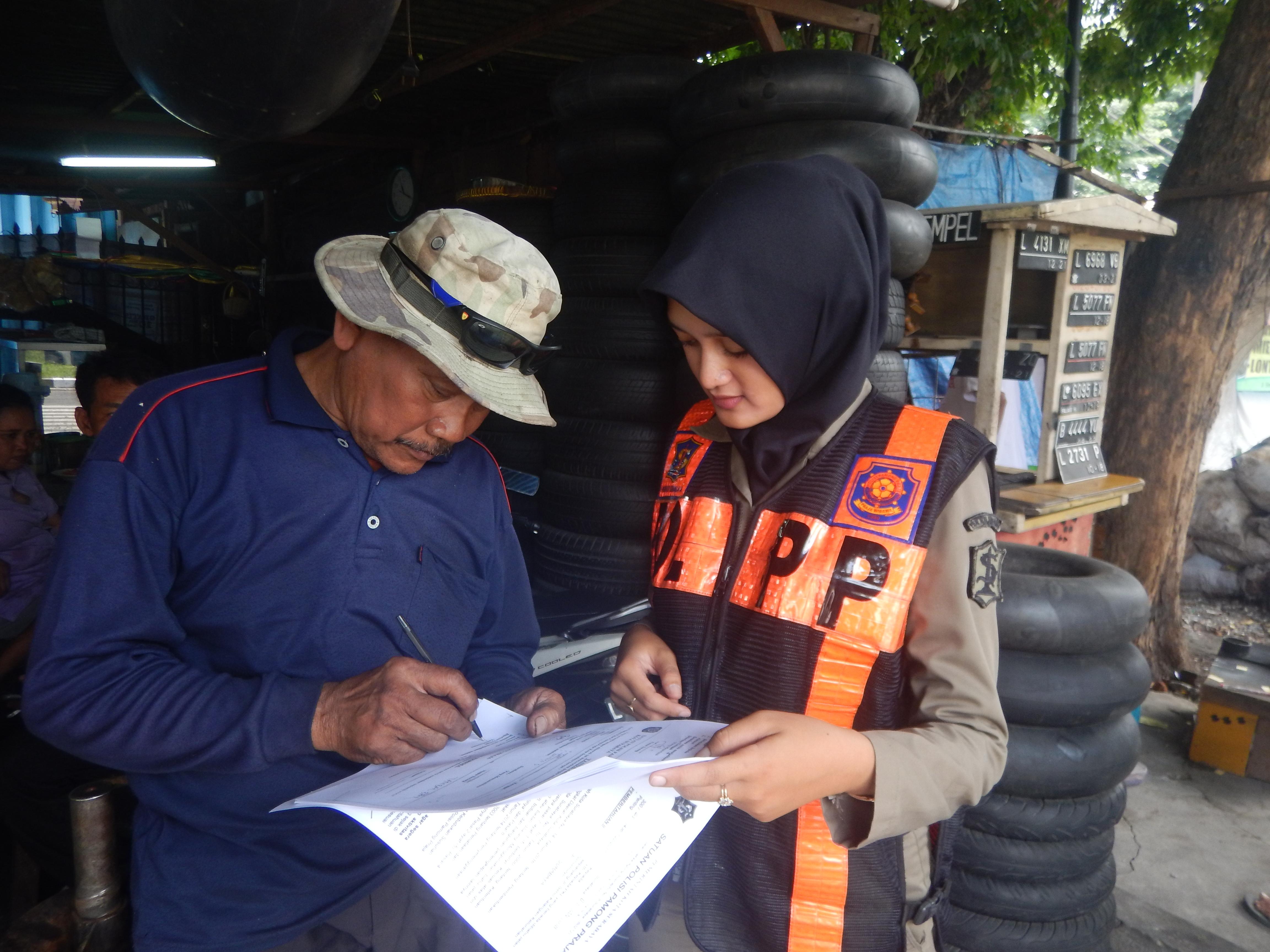 Satpol PP Kota Surabaya Peringatkan Para PKL dengan Perda