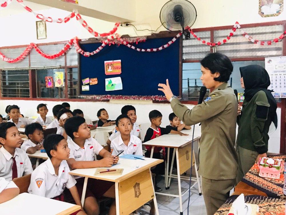"""Satpol PP Surabaya """"Goes to School"""" Sadarkan Siswa Sejak Dini"""