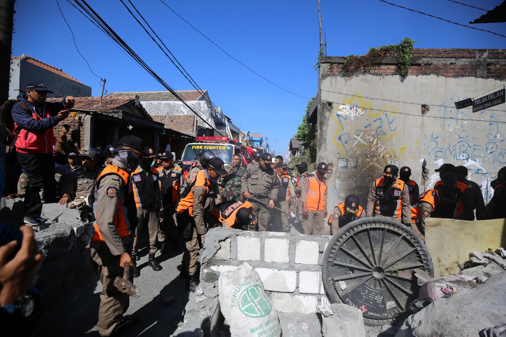 Demi Kepentingan Umum, Satpol PP Bongkar Tembok yang Blokir Jalan Umum di Surabaya